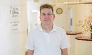 zahnarzt Dr. Stollmaier in seiner Praxis in Ulm