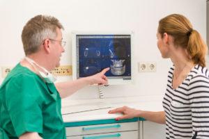 Zahnarzt Dr. Stollmaier erklärt